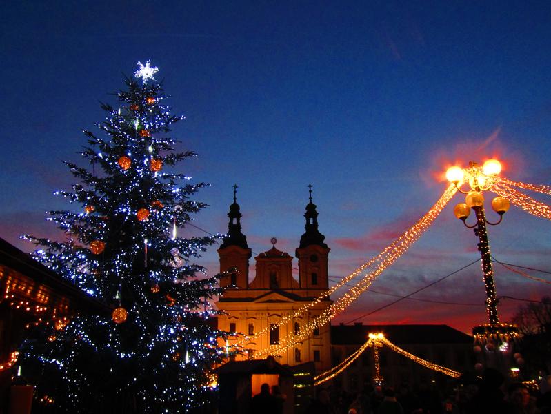 vánoční jarmark za soumraku na Masarykově náměstí