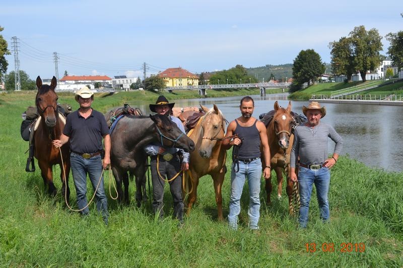 Parta kowbojů u řeky Moravy