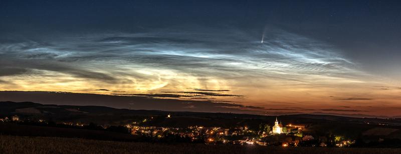 Kometa v Nočních svítících oblacích nad obcí Jalubí