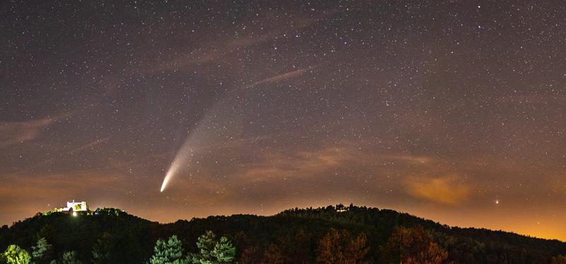 Letní nebeské divadlo kometa nad Buchlovem